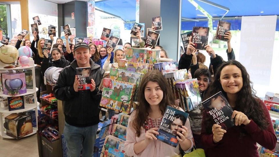 Blue Jeans en Astrolibros.2 en la firma de libros de La Chica Invisible. El éxito de la literatura juvenil romántica. libros para adolescentes de amor